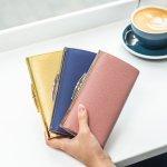 シンプルで上品な佇まいの商品が多いアニエスベーのレディース財布は、女性の魅力を引き立ててくれます。今回は、実際に注目を集めているアニエスベーのレディース財布をランキングにまとめました。人気のシリーズやそれぞれの特徴、さらにおすすめの選び方など、財布探しに役立つ情報が満載です。ぜひ最後までチェックして、自分にぴったりの財布を見つけてください。