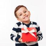 Untuk menunjukkan rasa cinta dan kebanggaan kepada anak, orang tua seringkali memberikan hadiah saat mereka naik kelas. Hadiah ini tentu juga sangat ditunggu-tunggu oleh anak. Agar Anda tidak bingung, berikan saja salah satu dari rekomendasi hadiah berikut ini untuk memberikan kebahagiaan bagi anak.