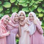 Hijaber sering menyimpan berbagai ragam jenis dan warna kerudung untuk banyak acara bukan? Nah, kalau kamu tipe yang sangat suka mencocokkan jilbab dengan pakaian pasti koleksi jilbabmu tidak sedikit. Kadang juga harga selembar kain kerudung bisa mahal, namun cantiknya hijabmu tak harus selalu merogoh kocek dalam-dalam.