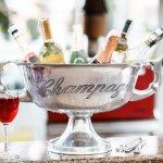 フランスのシャンパーニュ地方で造られるスパークリングワインであるシャンパンは、様々な条件を満たさなければ名乗れない上質なワインです。高級シャンパンは特別感を味わえるため、ギフトとして大変喜ばれます。今回は「2019年最新情報」として、モエ・エ・シャンドンやヴーヴ・クリコなどの豪華な高級シャンパンを厳選してご紹介します。