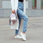 Celana adalah salah satu fashion item yang pasti sering kamu gunakan. Tapi, tahukah kamu kalau beberapa label fashion dunia merilis celana dengan desain aneh dan nyeleneh? Penasaran seperti apa celana unik tersebut? Simak ulasan BP-Guide berikut ini!