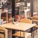 Apa yang kamu cari dari sebuah coffee shop? Tentu saja secangkir kopi yang nikmat. Namun, jika coffee shop tersebut memiliki dekorasi yang menarik, tentu akan menjadi nilai tambah tersendiri. Sejumlah coffee shop di Yogyakarta menawarkan sajian kopi yang enak dengan suasana yang tak boleh dilewatkan.