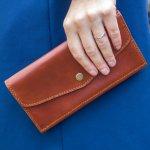 Dompet menjadi wadah untuk menyimpang barang-barang penting. Misalnya uang, kartu-kartu, hingga handphone. Untuk kamu para fashionista yang ingin bergaya dengan dompet, BP-Guide punya rekomendasi kece nih. Yuk, cek 10 dompet panjang yang siap melengkapi penampilanmu.