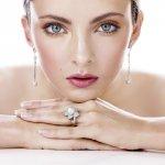 Anting-anting mutiara ialah pilihan tepat jika Anda menggemari gaya busana klasik nan elegan. Perhiasan yang satu ini sangat populer menghiasi penampilan wanita hingga saat ini. Indah nan sederhana, kecantikan mutiara pun bertahan hingga saat ini.