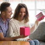 """Việc tặng quà của những đôi lứa yêu nhau nhằm thể hiện tình cảm, sự quan tâm và một chút sự """"sở hữu"""" của đối phương. Những món quà như thay mặt người tặng, luôn bên cạnh chở che, nhắc nhở về sự hiện diện của người ấy. Bạn cũng muốn tặng một món quà lưu niệm nào đó thật độc đáo cho người bạn gái mới quen nhưng chưa biết tặng gì. Mời bạn hãy tham khảo 10 món quà lưu niệm dành cho bạn gái mới quen qua bài viết dưới đây nhé!"""