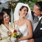 両親に喜ばれる結婚式でのプレゼントに人気のアイテムについて、2021年最新版をランキング形式でご紹介します。記念品のような形に残るものを贈るのであれば、結婚式の日付や両親の名前が入ったアイテム、似顔絵などが人気です。ぜひ参考にご覧ください。