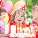 幼稚園・保育園の子どもの誕生日には、とびきりの笑顔でお祝いの日を楽しんでほしいですよね。ここでは、そんなシーンで役立つメッセージの書き方のコツをはじめ、代表的なメッセージ例や伝え方のポイントなどをまとめています。「誕生日おめでとう!」の気持ちを込めて、優しいメッセージを書いてくださいね。