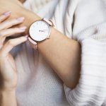 シンプルで上品さが漂うダニエルウェリントンのレディース腕時計は、ミニマルなデザインや、カラーバリエーションが豊富なベルトが魅力です。今回は、年代問わず人気のダニエルウェリントンの腕時計の中でも、特におすすめできるアイテムをランキングにまとめました。各シリーズの特徴や魅力、選ぶ際に注目したいポイントなどの情報も満載です。ぜひ参考にして、長く愛用できる腕時計を見つけてください。