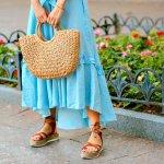 Sandal memang menjadi alas kaki ternyaman bagi para wanita. Membuat kaki mudah bernapas dan menapak, banyak yang memilih sandal untuk berbagai aktivitas harian, baik di rumah, hangout, hingga menghadiri acara pesta. Tertarik membeli sandal yang up-to-date? Berikut 10 rekomendasi sandal wanita terbaru yang memberikan kesan santai, namun tetap modis.