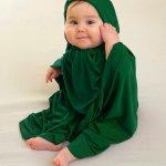 Sebagai muslim, orangtua tentu diwajibkan untuk mengenalkan aturan agama termasuk kewajiban menutup aurat pada anaknya. Untuk melatih anak berpakaian muslim sejak dini, kamu bisa mengecek beberapa rekomendasi baju muslim anak dibawah satu tahun berikut ini!