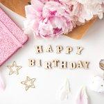 後輩や先輩、同僚や上司など、職場の女性の誕生日に、どのようなメッセージを贈れば良いか悩みますよね。そこで、魅力的な誕生日メッセージの書き方のコツや喜ばれるポイント、役立つ文例などをご紹介します。素敵な笑顔を引き出す誕生日メッセージをプレゼントして、幸せを感じてもらいましょう。