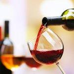 Tidak seperti minuman beralkohol lainnya, wine menjadi salah satu barang mewah karena harganya yang luar biasa. Bahkan ada wine yang mencapai harga miliaran! Lihat daftar wine termahal di sini.