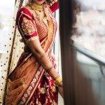 आप जो पहनते हैं वह आपको परिभाषित करता है, विशेष रूप से आपकी शादी के दिन। एक दुल्हन अपने बड़े दिन में क्या पहनती है, इस पर बहुत विचार किया जाता है। भारतीय दुल्हन के लिए साड़ी सबसे पसंदीदा विकल्प है।  विशेष रूप से, दुल्हन की साड़ियों में रुझान काफी बदलती रहती हैं। हालाँकि, हमारे स्टाइल गुरुओं के पास आपके लिए सही साड़ी हैं! इसलिए, यदि आप अपने लिए साड़ी नहीं पसंद कर पा रहे, तो यहां एक त्वरित अवलोकन है!