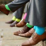 靴下は毎日のように着用するものでありながら、頓着しない方も多く、見落とされがちなアイテムです。しかし、「おしゃれは足元から」とも言われているように、靴下が格好悪いとそれだけで、全体のスタイルが決まらないこともあります。逆に、ファッションに合った素敵な靴下を身に着けると、お洒落な雰囲気が更にアップします。 実際に、どのような靴下を身に着ければよいか、順番にご紹介していきます。また、男子大学生に人気の靴下のブランドも【2019年度版】ランキング形式で見ていきますので、靴下選びの参考にしてみて下さい。