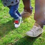 1歳になると、多くのお子様が伝い歩きやよちよち歩きをし始めます。ご両親にとって我が子とお出かけするための子供靴はとても嬉しいプレゼントです。今回は、ファーストシューズに人気のブランド靴などの2019年最新情報をお伝えします。この記事を参考に、ぜひぴったりのアイテムを選んでください。