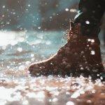おしゃれで機能的な防水ブーツは、雨や雪の日も足元を気にせず行動できるように様々な工夫が凝らされています。今回は、編集部がwebアンケート調査の結果をもとに厳選した、人気のメンズ防水ブーツを取り扱うブランドをランキング形式で紹介します。品質やデザイン性の高さなどに定評があるブランドばかりなので、ぜひ最後までチェックしてください。
