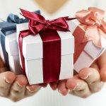 Memberikan hadiah kepada pasangan bisa merekatkan hubungan dan membuatnya sadar akan perhatian yang diberikan. Meski hadiah mahal bisa jadi sangat menyenangkan dan berkesan, tak ada salahnya memberikan hadiah buatan sendiri. Hadiah handmade pun bisa terlihat unik dan tentunya, bernilai lebih karena dibuat sendiri.