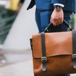 責任ある立場で仕事をすることが増えてくる40代男性には、持つ人の品格を高めてくれるメンズビジネスバッグが大人気。今回は、そんな40代男性に人気のビジネスバッグブランドを、編集部がwebアンケートなどをもとに厳選しました。人気ブランドの魅力や、おすすめポイントがひと目で分かるランキングを、ぜひビジネスバッグ選びに役立ててください。
