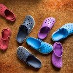Pilih-pilih alas kaki untuk bepergian? Jika kenyamanan adalah pertimbangan utama, maka sandal Crocs patut dipilih. Selain nyaman, Crocs juga menawarkan ragam model sandal yang menarik baik untuk pria maupun wanita.