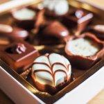 普段味わう機会の少ない高級チョコレートは、特別感を演出できる人気ギフトです。今回は、カカオの美味しさがギュっと詰まった高級チョコレートの2018年最新情報をご紹介します。人気の理由や選び方のポイントもまとめているので、贈る相手の方に喜ばれるチョコレートギフトを選んでください。