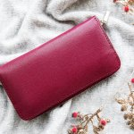 高級ジュエリーブランドとして知られるカルティエのレディース財布は、美しさと品質の高さで人気を集めています。今回は、カルティエが展開するレディース財布のなかでも、編集部いち押しのシリーズをランキング形式にまとめました。各商品の魅力や特徴に加えて、理想の財布が見つかる選び方のコツもわかりやすく解説しているので、素敵なアイテムを探している人は必見です!