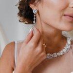 女性が憧れる宝石であるダイヤのイヤリングは、顔周りを華やかに見せてくれるためプレゼントに喜ばれるアイテムです。今回はプレゼントとして最適な2020年最新のダイヤイヤリングの情報から、おすすめのイヤリングをご紹介します。人気ブランドのSTAR JEWELRYのダイヤイヤリングから、プラチナのダイヤのイヤリングなど注目のアイテムが満載です。