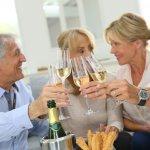 60歳という節目の誕生日は、還暦として特別なお祝いをすることが多いです。そんな還暦祝いにぴったりのプレゼントに、お酒は大変人気があります。今回は、還暦祝いのプレゼントに人気のお酒を【2021年最新版】としてまとめました。おすすめの獺祭などの日本酒や焼酎、ワイン、ウイスキーなどの他、喜ばれる名入れのお酒もご紹介しますので、ぜひ参考にしてください。