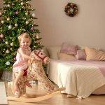 上手におもちゃで遊べるようになる1歳頃の女の子へ、初めてのクリスマスプレゼントを贈ろうと考える方も多いでしょう。今回は、編集部が実施したwebアンケートの結果などをもとに、1歳の女の子に喜ばれるクリスマスプレゼントをまとめました!人気の商品がひと目で分かるランキングは、プレゼント選びに迷っている方は必見です。