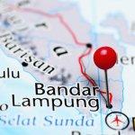 Mengunjungi suatu tempat wisata termasuk Lampung tentu tak lengkap tanpa membawa pulang oleh-oleh untuk keluarga di rumah. BIngung harus beli oleh-oleh yang mana? Simak saja rekomendasi oleh-oleh khas Lampung populer yang dirangkum BP-Guide berikut ini beserta tempat membelinya!