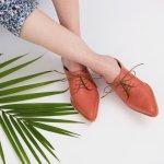 Sandal mules kembali lagi! Sandal mules dulu memang identik dengan gaya yang kuno, tapi begitulah fashion, selalu saja dapat berputar. Sekarang orang tak akan memandangmu kuno lagi jika memakai sepasang sandal mules, malah penampilanmu terlihat trendi seperti fashionista sejati.
