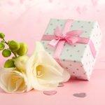 高校生の彼女への誕生日プレゼントには、日頃から使う機会の多いアイテムが人気です。毎日使えるスマホケースや財布、身に着けられるネックレスやブレスレットなどのおしゃれなアイテムをランキング形式でご紹介します。2021年最新版のプレゼント情報を、誕生日を迎える彼女への贈り物を選ぶときの参考にしてください。