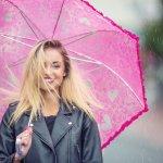 年代や性別を問わず、実用性が高く喜ばれるプレゼントに傘があります。今回は、プレゼントに最適な名入れを施すことができる傘の2018年最新情報をまとめました。長傘から折りたたみ傘まで、男女別でデザイン性や機能性の特徴など詳細もご説明しますので、参考にしてください。
