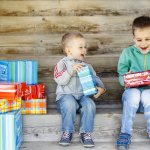 Tết thiếu nhi 1/6 là dịp để các bé nhận được những món quà bất ngờ từ ông bà, bố mẹ, người thân. Đây cũng là dịp nhiều hoạt động được tổ chức nhằm bày tỏ sự quan tâm, lo lắng và là lời nhắc nhở mọi người về những thế hệ tương lai của đất nước. Bé trai nhà bạn đang ở lứa tuổi mầm non nhưng bạn chưa biết tặng quà gì hay cho bé tham gia những hoạt động gì trong dịp này. Đừng lo, Bp-guide sẽ gợi ý cho bạn 10 món quà 1/6 cho bé trai dưới 5 tuổi và một vài gợi ý nho nhỏ về những hoạt động bạn có thể cho bé tham gia vào ngày này qua bài viết dưới đây.