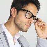 Tak hanya untuk membaca saja, tapi kacamata baca juga perlu terlihat modis agar kamu terlihat keren. Ingin tahu kacamata baca pria modis seperti apa yang sesuai dengan bentuk wajahmu? Simak di sini!
