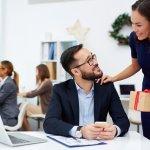 यह आपके कारोबार के स्वास्थ्य के लिए अच्छा है यदि आपके कर्मचारी खुश हैं और कड़ी मेहनत करने के लिए प्रेरित महसूस करते हैं। वह जमाना गया जब सिर्फ बोनस से सब खुश हो जाते थे क्योंकि उसके साथ आजकल त्यौहार के लिए उपहार भी दिये जाते हैं। ऊपर से कुछ भी ऐसा-वैसा नहीं चलेगा, थोड़ा दिमाग लगाइये और अनोखा गिफ्ट खोजिये। थोड़ा मदद हम भी कर देते हैं, अनोखे उपहार और विचार जान्ने के लाइट पढ़ते रहिये।