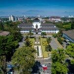 Liburan di dalam negeri tidak kalah menarik dari liburan di luar negeri. Kamu bisa menjelajah Bandung di waktu luangmu. Ada banyak tempat menarik di Bandung yang sayang untuk kamu lewatkan. Coba deh segera persiapkan liburan ke Bandung dalam waktu dekat. Cek persiapan dari kami dan juga cek rekomendasi tempat dari kami!