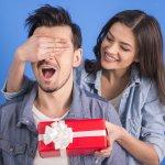 नीचे दिए गए अनुच्छेद में हमने आपको बताया है कि आप अपने पति के जन्मदिन पर उसके लिए कैसे और कौन से उपहार खरीद सकती हैं।  जिन्हें पाकर वह खुश हो जाएगा और आपके बीच में प्यार और भी ज्यादा उत्पन्न होगा। हमने आपके लिए उपहारों की सूची तैयार की है, जिसे पढ़कर आप जान जाएंगे कि आपके पति के लिए कौन सा उपहार उचित है।  कृपया इस अनुच्छेद को पूरा पढ़ें।