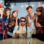 男友達の誕生日プレゼントには、お互い負担にならない1000円程度の贈り物が人気です。そこで今回は、 【2021年最新版】予算1000円で男友達に喜んでもらえるグッズを厳選し、ランキング形式でご紹介します。男性にはカジュアルに誕生日を祝えるアイテムが好まれる傾向にあるため、実用性やおもしろさを考慮しつつ、楽しんでもらえるプレゼントを贈りましょう。