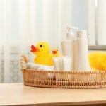 Memilih sabun bayi bukan perkara mudah. Apalagi jika kulit buah hati tergolong sensitif. Anda wajib tahu kandungan apa saja yang ada dalam sabun bayi agar kulit bayi tetap aman. Simak tips merawat kulit bayi yang sensitif dari kami ,ya!