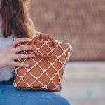 きちんとした印象を与える上品なハンドバッグは、日常使いはもちろんのこと、仕事やフォーマルなシーンでも活躍します。今回はwebアンケートなどの調査結果を元に、編集部が選び抜いたブランドをひと目でわかるランキングにまとめました。女性たちから人気を集めるブランドをチェックして、お気に入りのレディースハンドバッグを見つけましょう。