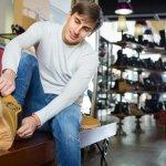 Sepatu-sepatu pria yang keren sekarang harganya terjangkau lho, hanya sekitar Rp 500 ribuan saja. Kalau begini, setiap awal bulan Anda bisa belanja sepatu baru, kan? Ayo dukung setiap penampilan Anda dengan 10 pilihan sepatu berikut ini.