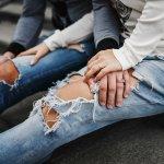 Cari model celana jeans robek wanita terbaru tahun ini? Kamu membaca artikel yang tepat kali ini! BP-Guide telah menyediakan daftar model celana jeans robek wanita yang paling ngetrend buat kamu! Yuk lihat yang berikut ini!