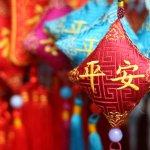 Bila sedang atau ingin berkunjung ke Cina, Anda tentu ingin membelikan teman atau kerabat suvenir khas negara tersebut. Untuk membantu Anda dalam mencari barang yang bagus, berikut BP-Guide berikan rekomendasi suvenir Cina dan tempat yang menjualnya, baik itu langsung di negara asalnya ataupun Indonesia.