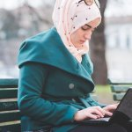 Salah satu kewajiban yang harus dipenuhi oleh perempuan muslim adalah mengenakan hijab. Untuk kamu yang ingin menjalankan syariah tetapi super sibuk, tidak ada salahnya menggunakan jilbab simpel yang praktis dan tetap membuat penampilan tetap rapi.