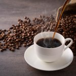 Banyak penyuka kopi yang bereksperimen dengan minuman kopinya demi mencari sita rasa kopi yang baru. Salah satu hal yang dilakukan adalah menambahkan aneka bahan ke dalam kopi. Kira-kira, bagaimana jadinya? Coba intip artikel ini!