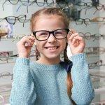 Kacamata, alat bantu penglihatan yang satu ini sudah jadi salah satu kebutuhan penting dan juga bagian dari fashion baik untuk orang dewasa maupun anak-anak. Nah, kalau Anda sedang mencari kacamata yang tepat untuk buah hatimu, kamu bisa simak tips dan rekomendasi dari BP-Guide berikut ini!
