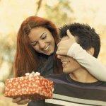 इस अनुच्छेद में हमने आपको बताया है कि आप अपने पति को उसकी प्रशंसा दिखाने के लिए उसके लिए किस तरह के उपहार खरीद सकते हैं और आप को किन किन बातों का ध्यान रखना चाहिए।  हमने आपके लिए उपहारों की और महत्वपूर्ण बातों की सूची तैयार की है।  कृपया इस अनुच्छेद को पूरा पढ़ें।