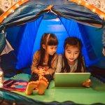 बच्चों के लिए कैंपिंग करना उन्हें किताब से बाहरी जिंदगी के बारे में सिखाने का सबसे सस्ता और मजेदार तरीका है,यह बच्चों के आत्मविश्वास और रचनात्मकता में वृद्धि करता है । प्रकृति के बीच कैंपिंग करना उन्हें कुछ सामान्य जीवित रहेंने की कौशलता जैसे आग लगाना, रस्सी और गाँठ बांधना, अग्नि सुरक्षा, कौनसे पौधे खाद्य होते हैं, मछली कैसे पकड़ें या जंगली जानवरों से कैसे सुरक्षित रहें आदि सिखने में सहायता करते है।