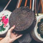 Tas Bali, adalah sebutan untuk tas bulat dengan bahan rotan asal Bali. Tas satu ini sangat populer dan menjadi kegemaran banyak orang di seluruh dunia. Anda juga tertarik memiliki tas satu ini? Simak ulasan BP-Guide berikut ini yah.