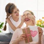 """Có ai đó đã từng nói rằng """"Mẹ là món quà ngọt ngào nhất mà thượng đế ban tặng cho cuộc đời của mỗi người con"""". Thật vậy, mẹ là người đã vất vả sinh thành và nuôi dưỡng chúng ta nên người. Mẹ dõi theo ta từng bước đi, giấc ngủ, là người luôn lắng nghe và động viên mỗi khi ta thành công hay thất bại. Đã bao lâu rồi bạn không dành thời gian ở bên mẹ hoặc dành tặng cho mẹ những món quà? Hãy cùng Bp-guide chọn ra một món quà thật ý nghĩa dành tặng mẹ yêu qua bài viết dưới đây nhé!"""
